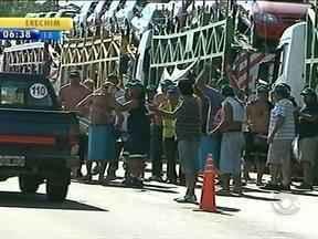 Greve de caminhoneiros da Argentina reflete no Rio Grande do Sul - Eles pedem reajuste salarial.