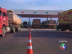 Segunda praça de pedágio na MT-130 começa a operar - Os motoristas que trafegam entre Primavera do Leste e Rondonópolis passaram a pagar mais um pedágio. É a segunda praça de cobrança instalada num trecho de 126 km. Os usuários da MT-130 reclamam do valor das tarifas.