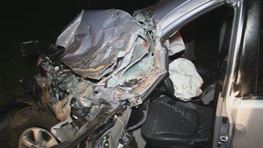 Médico morre após bater picape em treminhão na rodovia em São Carlos - Médico morre após bater picape em treminhão na rodovia em São Carlos