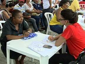 Consumidores renegociam dívidas em mutirão do Procon - Muita gente aproveitou o sábado para acertar as contas atrasadas em um mutirão do Procon, que aconteceu no Parque Madureira. Consumidores renegociaram as dívidas com operadoras de celular, Cedae e Light.