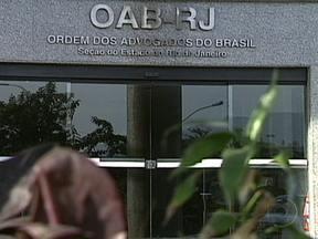 OAB-RJ vai eleger novo presidente na segunda-feira (26) - A Ordem dos Advogados do Brasil do Rio vai eleger um novo presidente na segunda-feira (26). Três nomes concorrem ao cargo: Carmen Fontenelle, Felipe Santa Cruz e Luciano Viveiros.