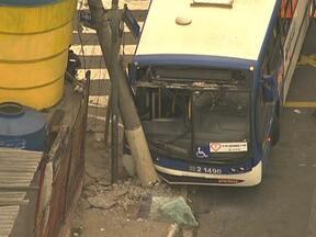 Ônibus bate em poste na Avenida do Estado - O motorista do ônibus perdeu o controle da direção e bateu em um poste, por volta das 4h desta terça-feira (27). Uma faixa da Avenida do Estado, sentido Santana, está bloqueada. O acidente aconteceu na esquina com a Rua São Caetano.