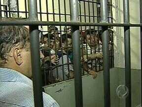 Refém fica três horas nas mãos de presos rebelados no minipresídio de Apucarana - Um policial, que fazia o trabalho de carcereiro, ficou nas mãos de detentos rebelados em minipresídio. Os presos reclamam das condições do local, da lentidão nos processos e da comida.