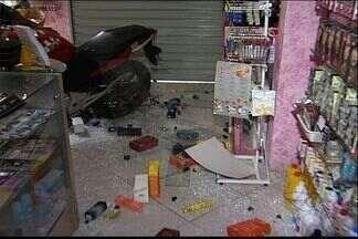 Carro sem freio desce ladeira e atinge frente de loja em Vitória, no ES - Acidente aconteceu na manhã desta terça, em Itararé.