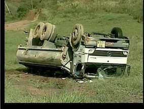 Caminhão tanque tomba em Casimiro de Abreu e interdita BR-101 - O motorista do caminhão sofreu ferimentos leves e já foi liberado.Equipes da Autopista Fluminense e dos Bombeiros compareceram ao local.