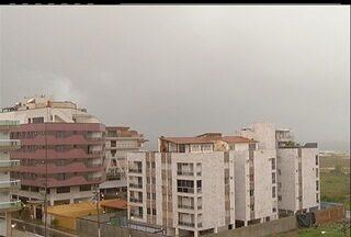 Chuva e raios atingem Região dos Lagos, nesta terça-feira (27) - Em algumas áreas houve piques de energia elétrica. Nas imagens um raio cai no Centro de Cabo Frio, próximo à Praia do Forte.