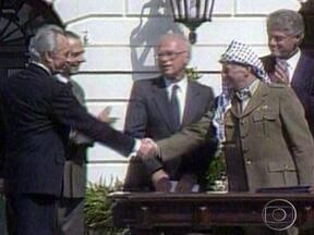Corpo de Yasser Arafat é exumado para investigação de causa da morte - O mausoléu, na cidade de Ramallah, na Cisjordânia, foi coberto com plástico para afastar os olhares do público. Especialistas forenses europeus colheram amostras do corpo do líder palestino. Objetivo é verificar se o líder foi envenenado por polônio.