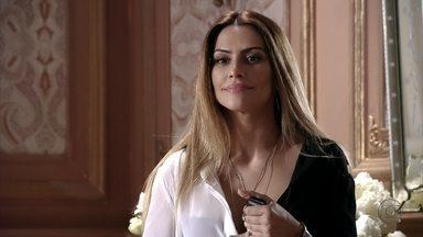 Bianca avisa a Stenio que Zyah chegou - Enquanto o noivo conversa com Haroldo pela internet, Bianca vai ao encontro do guia