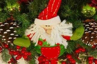 Veja dicas para montar uma guirlanda de Natal lúdica e colorida - A ideia de decoração dessa guirlanda é ideal para quem tem criança em casa. Confira o passo a passo.