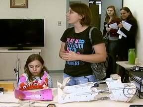 Reencontrados os aparelhos usados por menina para tratamento fisioterapêutico - Uma denúncia anônima levou a polícia até o equipamento, que havia sido roubado junto com o carro da família. A menina, que tem uma doença genética que atrofia os músculos, usa os aparelhos para ficar em pé sozinha.