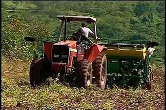 Demora no início do período chuvoso atrasa plantio de soja, em Catalão, Goiás - De acordo com o produtor rural Paulo Ribeiro, a falta de chuva causou demora no início da plantação.