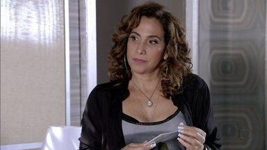 Wanda avisa a Morena que elas embarcam amanhã - A criminosa teme que Morena desista de viajar por causa de Théo e comenta isso com Lívia. No Alemão, todos admiram o passaporte da moça