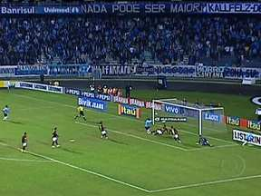 Última rodada do Brasileirão será no domingo (2) - Três times brigam para evitar o rebaixamento. Na outra ponta da tabela, Grêmio e Atlético Mineiro lutam pelo vice-campeonato. Grêmio tem 70 pontos e enfrenta o Inter. Com 69 anos, Atlético jogará contra o Cruzeiro.
