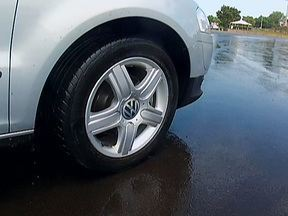 Misturar marcas e modelos de pneus num mesmo carro pode ser perigoso - Componentes de desenhos diferentes são perigosos e podem fazer o carro rodar em curvas. É o mesmo risco de uma pessoa andar com sapatos de solados distintos. Os pneus precisam ter a mesma marca, o mesmo modelo e a mesma medida.