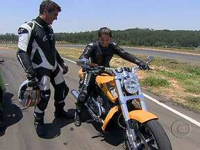 Piloto mulher testa moto com o maior motor de série do mundo - As chamadas muscle-bikes, motos musculosas, tem design e motorzão de fazer inveja a muito carro. A jovem de 18 anos acelera uma Suzuki B-King e uma Triumph Rocket III.
