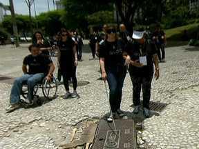 Experiência permite sentir a realidade de deficientes físicos e visuais - Durante o World Bike Tour, Daiana Garbin pegou um táxi e andou de metrô na cadeira de rodas. Com os olhos vendados, ela testou a sinalização do piso e descobriu os obstáculos pela cidade.