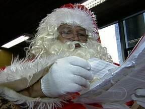 Papai Noel dos Correios já recebeu milhares de cartas de crianças - Realizada há mais de 20 anos, a campanha atende principalmente os pedidos das famílias mais carentes. Os desejos são os mais diversos possíveis e incluem até roupas e comida.