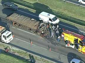 Acidente entre carro e caminhão interdita pista na Rodovia Castello Branco - undefined