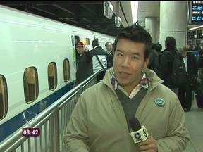 Johnny Sasaki traz as últimas informações sobre o Corinthians no Japão - No aeroporto, ele conversa com os jogadores do Timão