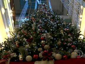 Shoppings investem mais de R$ 200 milhões em decoração de Natal e nas promoções - Os shoppings investiram nas decoração e nas promoções para atrair clientes e tentar aumentar as vendas em cerca de 20%. As lojas já começaram a funcionar até mais tarde.