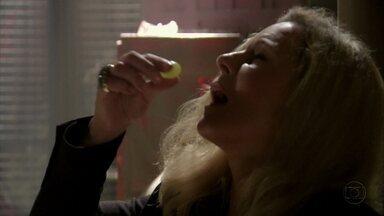 Morena chantageia Irina para saber mais sobre Wanda - Em troca de comida ela conta tudo sobre o esquema da traficante