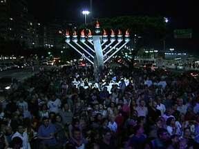 """""""Ranuká"""" é celebrado pela comunidade judaica no Rio - A comemoração já faz parte dos festejos de fim de ano da cidade. Durante oito noites, judeus se reúnem na Praia de Copacabana, para acender um candelabro de oito braços e três metros de altura."""