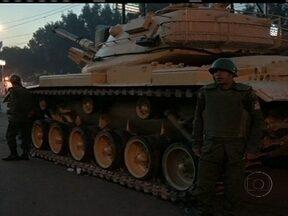 Presidente do Egito anuncia novo decreto - Tanques e barricadas reforçaram a segurança do Palácio de Governo. O objetivo é reprimir os protestos. Os opositores não ficaram satisfeitos nem mesmo depois da revogação do decreto que impedia o poder judiciarário de contestar as decisões dele.