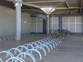 DF ainda tem poucos bicicletários - Há previsão de construção de novos bicicletários em Brasília. Um bicicletário com 420 vagas deve ser construído na rodoviária. Todas as sedes do Detran já tem um bicicletário cumprindo a lei.