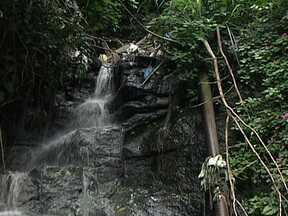 RJ Móvel cobra melhorias no Rio Comprido - Água misturada com esgoto ainda descem por uma cachoeira na encosta do Morro de São Carlos. O excesso de lixo foi recolhido, mas ainda assim, os moradores são obrigados a conviver com o mal cheiro na região.