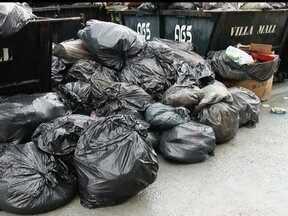Moradores de Águas Claras dizem que a coleta do lixo não é feita - A equipe do Bom Dia DF encontrou muito lixo na Avenida Castanheiras. De acordo com os moradores, a coleta está irregular; a última foi feita na semana passada. O mau cheiro está tomando conta da região.
