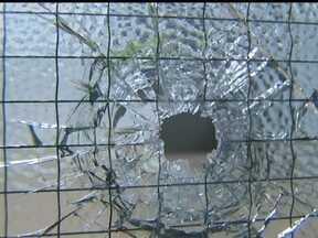 Homens atiram mais de dez vezes contra o CIOPS - Os tiros atingiram a parede, o banco e a porta de vidro do Centro Integrado de Segurança e Operações no Céu Azul. Um policial quase foi atingido. A ação durou menos de um minuto.