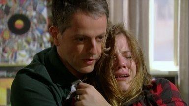 Malhação - capítulo de quinta-feira, dia 13/12/2012, na íntegra - Lia tem crise nervosa e Lorenzo tenta tranquilizá-la