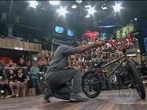 Bolero de 4 faz performance no programa Altas Horas - Artista Luiz de Abreu mistura dança contemporânea e técnicas de BMX