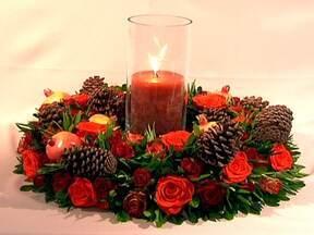 Aprenda a decorar a casa para o Natal - Você já deixou a casa prontinha para o Natal? Se você ainda não montou a árvore ou quer dar um toque a mais na decoração, que tal usar flores vermelhas? Aprenda a decorar a casa nesta data festiva.