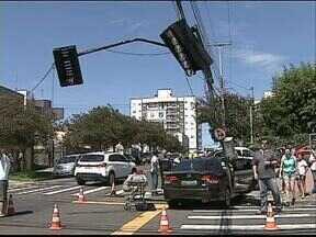 Acidente complica trânsito perto da UEPG - Dois carros bateram e o sinaleiro ficou desligado.