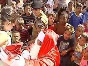 Papai Noel chega ao Jardim União da Vitória e faz a festa da criançada - A festa foi uma oportunidade de aproximar a PM da comunidade na Unidade Paraná Seguro, em Londrina.