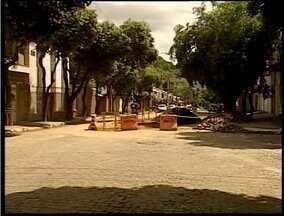 Buraco em Governador Valadares, que achamava atenção eplo tamanho, é parcialmente fechado - O local está também sinalizado.