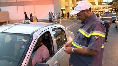 Fiscalização do DER no aeroporto de Confins tenta combater transporte clandestino - Operação foi montada em conjunto com a Polícia Militar.