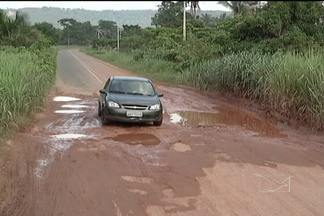 Início do período chuvoso deixou a situação crítica na rodovia MA-122 - Esta é principal via de acesso entre os municípios de Imperatriz e Amarante. Os buracos estão por toda parte provocando muitos prejuízos para os motoristas.