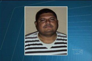 Em Caxias, um homem foi preso por suspeita de tráfico de drogas - Na casa dele foram encontradas pedras de crack, uma balança de precisão e dinheiro da venda de entorpecentes.
