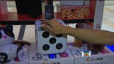 Consumidores fazem listas de presentes para as últimas compras de Natal - Nos shoppings de São José dos Campos (SP), os consumidores fazem as últimas compras de Natal.
