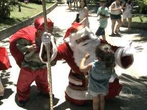 Papai Noel chega ao Pão de Açúcar em cima de bondinho - Ele estava seguro apenas por um cabo de segurança. Ao chegar ao Morro da Urca, ele distribuiu panetones para as crianças. A chegada inovadora e radical do bom velhinho foi saudada por 400 crianças que participaram do evento.