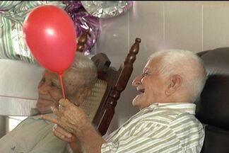 Papai Noel visita idoso do Asilo de Mendicidade - Visita especial com muitos presentes de natal aconteceu nesta sexta-feira (21).