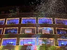 Igreja na Zona Norte do Rio celebra o Natal com apresentação de coral - O coral da Igreja Batista do Rio existe há mais de 90 anos, mas em 2011 eles decidiram inovar. A noite, os cantores se reúnem e fazem uma apresentação em 24 janelas de um prédio. São 220 vozes, com crianças, homens e mulheres.