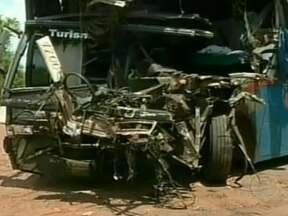 Dois acidentes deixam quatro mortos e quase 30 feridos na BR-153 (TO) - No norte do estado, dois ônibus bateram de frente, matando três pessoas e deixando 14 feridas. No sul, o motorista perdeu o controle e o veículo tombou depois de cair num buraco. Uma pessoa morreu e 13 passageiros foram internados em estado grave.