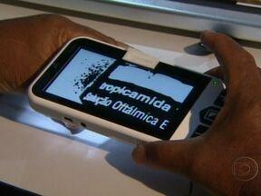 Novo equipamento ajuda pessoas com alto grau de problemas de visão - A tecnologia desenvolvida por pesquisadores de duas universidades de São Paulo garante um preço mais acessível. Uma câmera instalada no mouse transmite o texto aumentado para o monitor. Outro aparelho funciona como um microscópio.