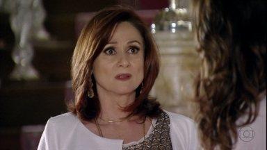 Berna recebe um telefonema de Wanda - Ela disfarça na frente de Mustafa e Helô