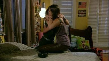 Malhação - Capítulo de segunda-feira, dia 24/12/2012, na íntegra - Lia e Ju voltam a ser amigas. Lobo é preso. Marcela é operada e liberada para ir para casa
