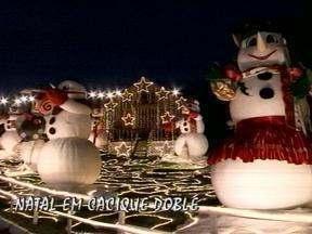 Ruas de Cacique Doble, RS, encantam pela iluminação na época de Natal - Cidade foi tomada pelo clima das festas de final de ano.