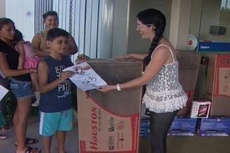 Crianças que participaram da chegada do Papai Noel receberam presentes - As crianças estiveram na TV Paraíba para receber seus presentes que ganharam na festa.
